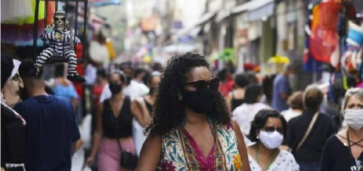 pessoas_caminham_rio